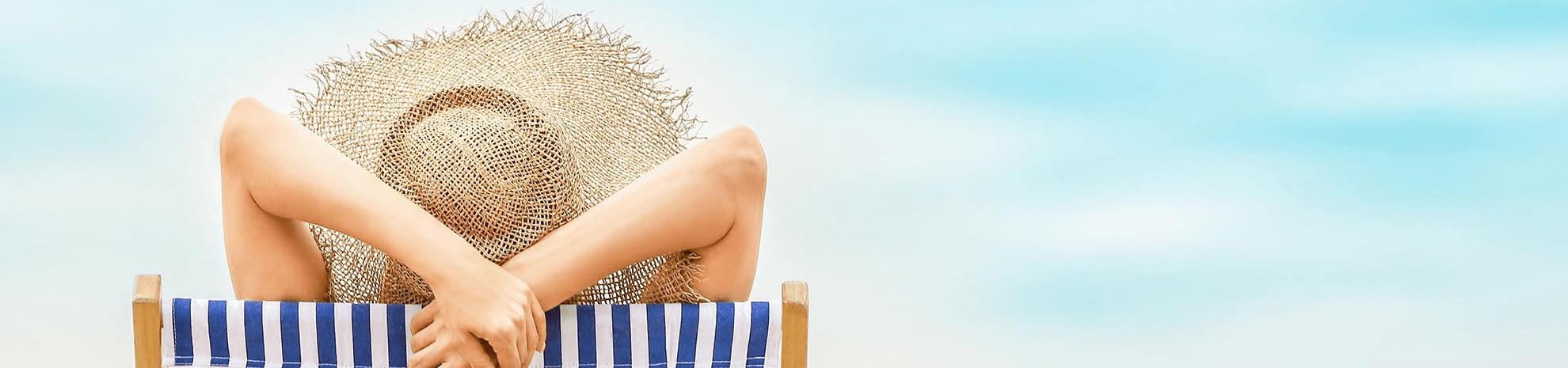femme sur un transat à la plage