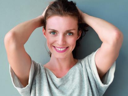 femme souriante après un soin skin booster