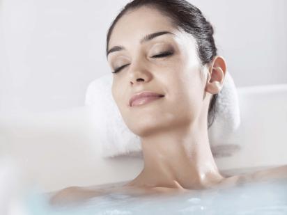 personne dans un bain hydromassant cristaux de mer ou gelée d'algues