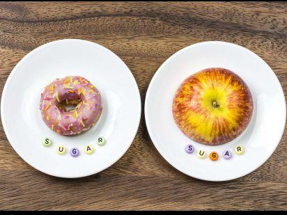 Assiettes avec une pomme et un donuts