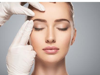 Femme pendant une consultation en médecine esthétique