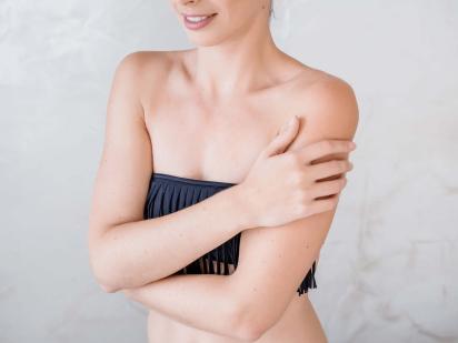 Femme avec les bras épilés
