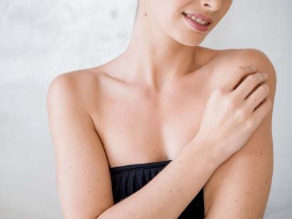 Femme avec les demi-bras épilés