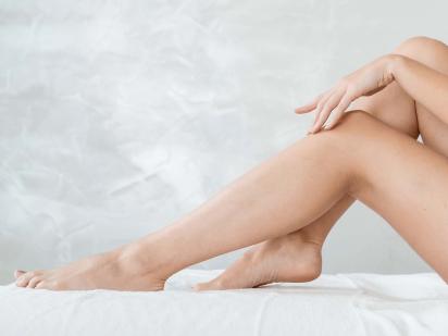 Femme avec les demi-jambes épilées