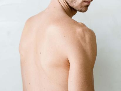 Homme avec les épaules épilées
