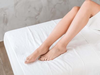 Femme avec les jambes épilées