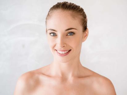 Visage de femme après épilation des sourcils