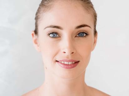 Femme après une épilation des lèvres