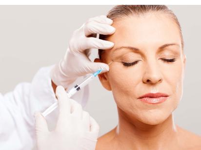 Une femme pendant un soin d'injection d'acide hyaluronique