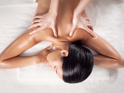 femme qui se fait masser le dos au spa