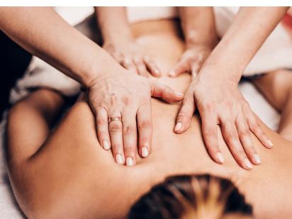 personne en train de se faire masser avec 4 mains