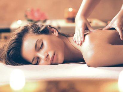 Femme détendue dans un massage absolue détente