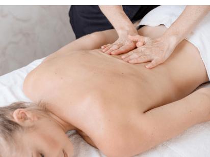 Femme en train de se faire masser le dos