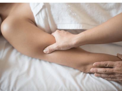 Massage stimulation des points énergétiques dans une cure thalasso