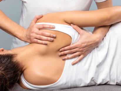 femme durant une séance d'osthéopathie