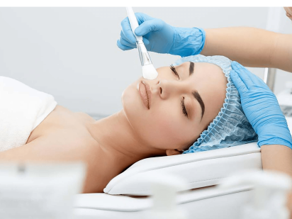 Femme pendant un soin de médecine esthétique peeling biorevitalisant anti-âge