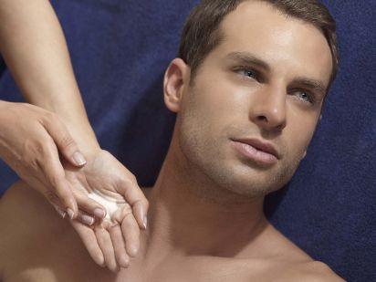 Homme durant un soin visage Phytomer anti-pollution