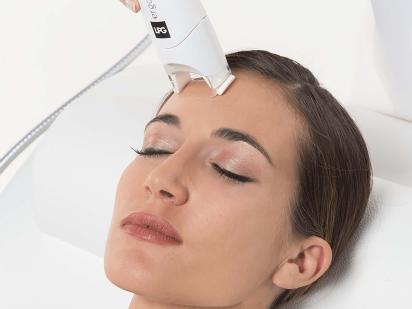 Femme recevant un soin renovateur anti-âge visage