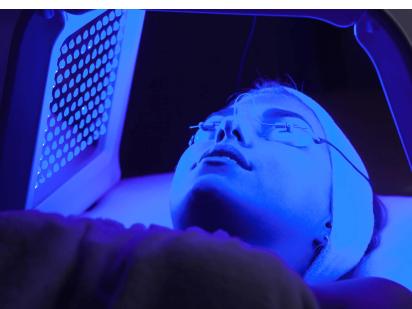 femme en séance lumière LED soin spa