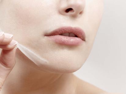 Femme pendant un peeling acide ultra-concentré