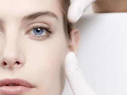 Femme recevant un soin retinopur visage
