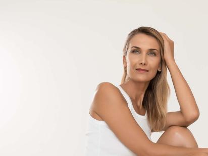 femme après une séance led et un soin visage dermo-cosmétique
