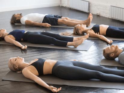 Plusieurs personnes pendant un cours de sophro-relaxation