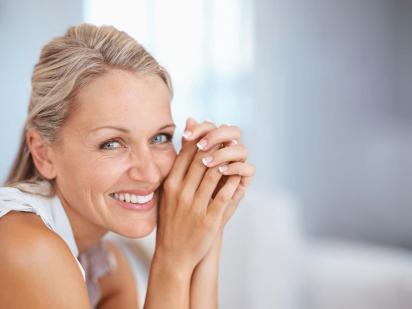Femme après un traitement esthétique du dos des mains